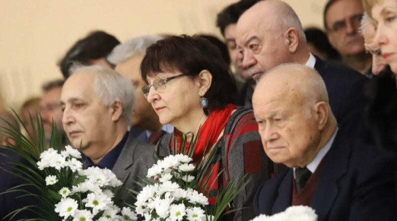 Стотици се събраха на поклонението пред акад. Благовест Сендов в Народното събрание