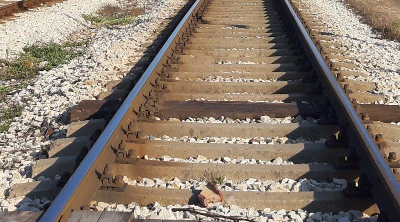 Бързият влак Варна – София удари лек автомобил! (Снимки)