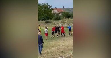 Футболисти и зрители се биха на мач в Джерман (ВИДЕО)